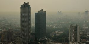 Early morning in the Indonesian city of Jakarta reveals heavy air pollution, largely caused by its notorious traffic jams (Photo: Aaron Minnick/World Resources Institute, Creative Commons via Flickr)
