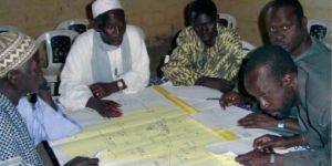 Participants developing the Ngiagagniao rural community map (Photo: Bara Guèye)