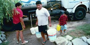 A tanker delivers water to residents in Retiro, a shanty town in Buenos Aires (Photo: Mark Edwards)