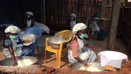 Women preparing tapioca